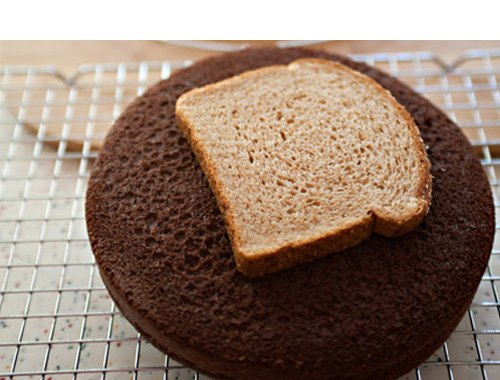 Keep your cake fresh with bread
